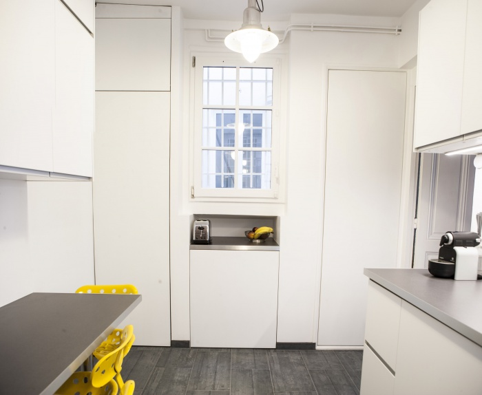 renovation amenagement cuisine appartement paris olivier olindo architecte blanche ikea carrelage beton rangement gris épuré